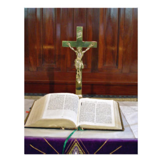Altar religioso con la biblia, la cruz y las velas tarjetones