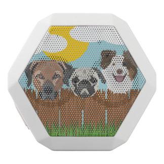 Altavoz Blanco Con Bluetooth Perros afortunados del ilustracion en una cerca de