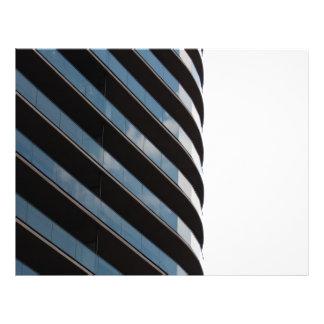 Alto edificio contemporáneo de la subida tarjetas publicitarias