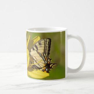 Amante del lirio - mariposa en Daylilies Taza De Café