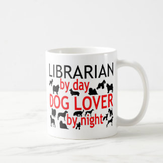 Amante del perro del bibliotecario taza clásica