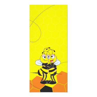 Amantes amarillos lindos de la abeja que abrazan invitación 10,1 x 23,5 cm