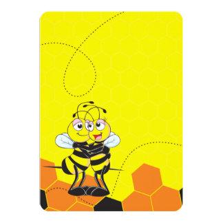 Amantes amarillos lindos de la abeja que abrazan invitación 12,7 x 17,8 cm