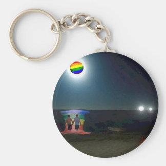 Amantes debajo de la luna del orgullo gay llaveros