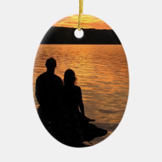 Amantes en el ornamento del lago sunset ornamentos de reyes magos
