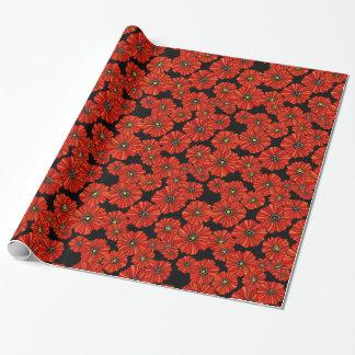 Amapolas rojas en el papel de embalaje negro del papel de regalo