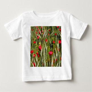 Amapolas rojas en un campo de maíz camiseta de bebé