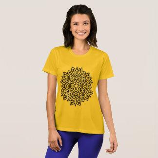 Amarillo de la camiseta de los diseñadores con la
