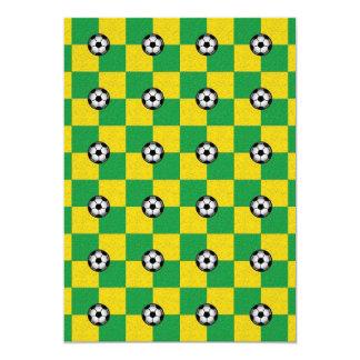 Amarillo verde a cuadros con los balones de fútbol invitación 12,7 x 17,8 cm