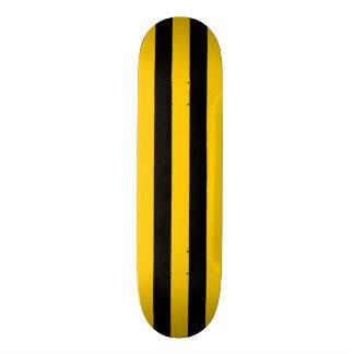 Amarillo y cubierta del monopatín de la raya negra