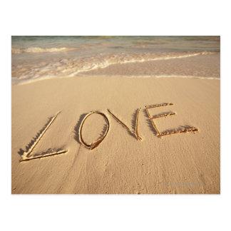 """""""Ame"""" la arena escrita en la playa con entrante Tarjetas Postales"""