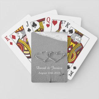 Ame los corazones en la cubierta de la arena de barajas de cartas
