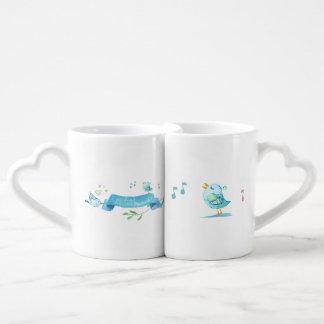 Amigos azules del chirrido que comparten alegría y set de tazas de café