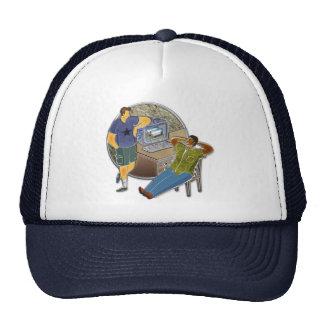 Amigos que hablan en el escritorio por la pared de gorras de camionero
