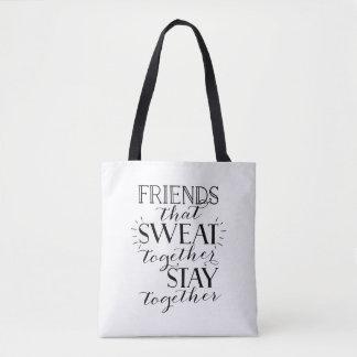 Amigos que sudaron juntos la bolsa de asas del