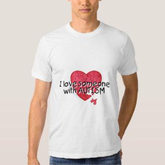 Amo alguien con el autismo (P Hrt) Camisetas