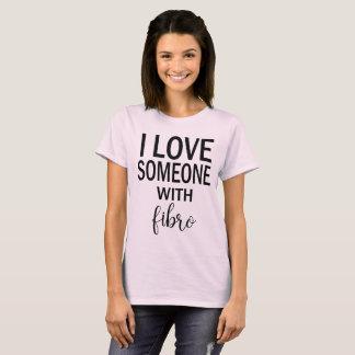 Amo alguien con la camiseta fibro para las mujeres