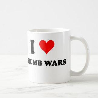 Amo guerras del pulgar taza de café