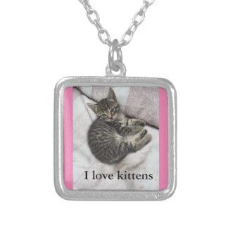 Amo la plata de los gatitos y el collar rosado