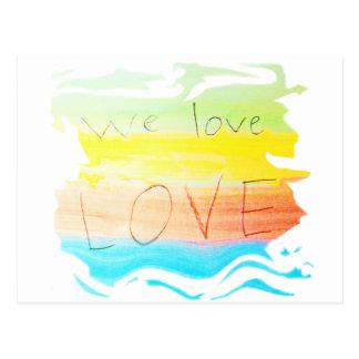 Amor amamos el color del arco iris del amor rayado postal