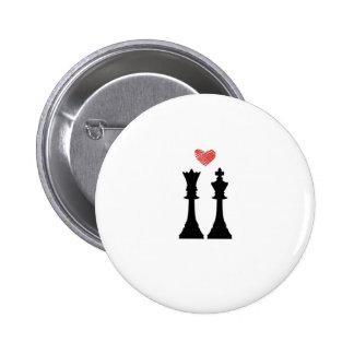 Amor del ajedrez del rey y de la reina chapa redonda de 5 cm