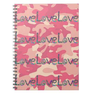 Amor del teñido anudado en el cuaderno rosado de