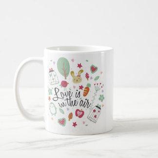 Amor en la taza blanca clásica del aire