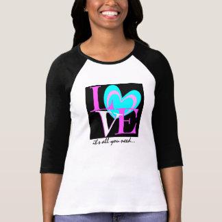 AMOR es todo lo que usted necesita… negro rosado Camiseta