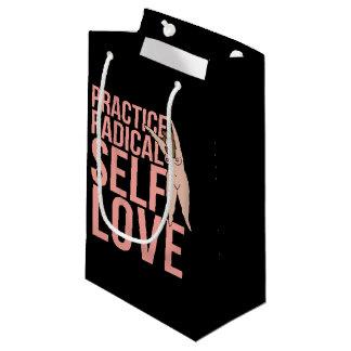 Amor radical del uno mismo de la práctica bolsa de regalo pequeña