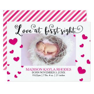 Amor rosado de los corazones en la primera invitación 12,7 x 17,8 cm