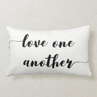 """Amor una otra"" almohada del Lumbar del acento"