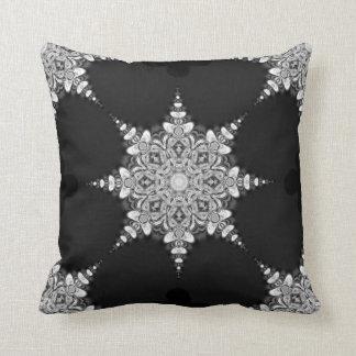 Amortiguador negro del copo de nieve de la mandala cojín decorativo