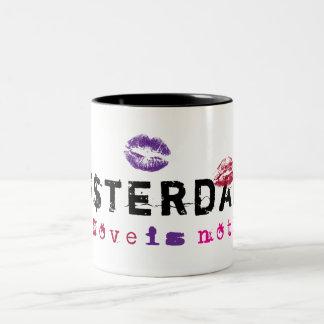 Amsterdam - el amor no está libre taza de café de dos colores