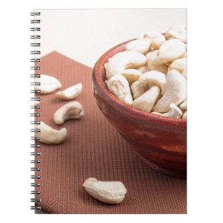 Anacardos crudos para el primer vegetariano de la cuaderno