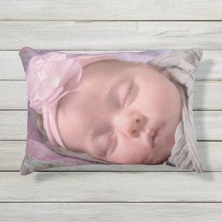 ¡Añada la foto de su bebé a esta almohada rosada Cojín De Exterior