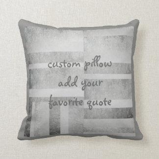 añada un diseño abstracto gris de la almohada de