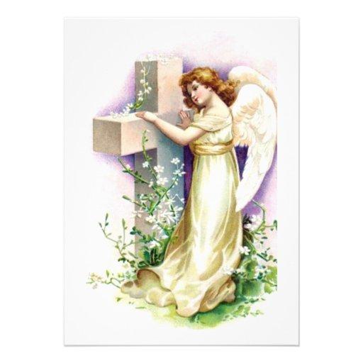 Ángel del vintage con la cruz cristiana comunicado