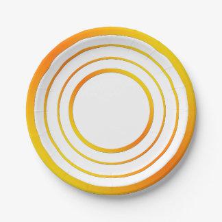 Anillos amarillos del naranja n plato de papel