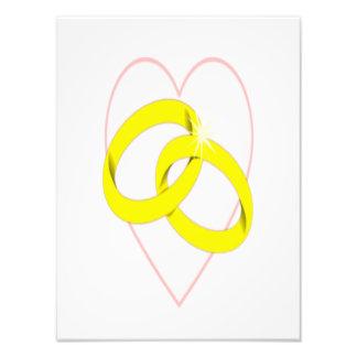 Anillos de bodas y corazón entrelazados fotografías