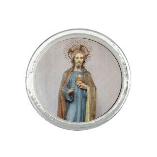 Anillos Jesús que lleva a cabo el corazón sagrado de oro