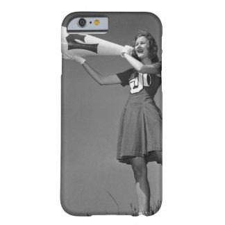Animadora femenina que usa el megáfono funda de iPhone 6 barely there