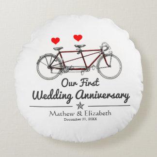 Aniversario de boda de encargo de la bicicleta en cojín redondo