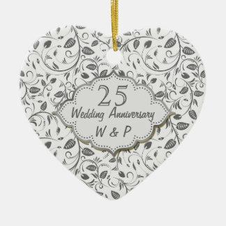 Aniversario de boda de las hojas de la plata 25to adorno navideño de cerámica en forma de corazón