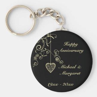 Aniversario de boda elegante del corazón del oro llavero redondo tipo chapa