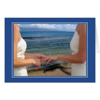 Aniversario de boda lesbiano, anillos en la playa tarjeta de felicitación