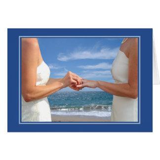 Aniversario de boda lesbiano en la playa tarjeta de felicitación