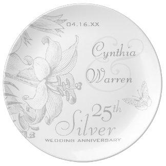 Aniversario de bodas de plata de los lirios de la plato de porcelana