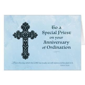 Aniversario de la ordenación del sacerdote, cruz tarjeta de felicitación