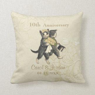 Aniversario de los gatos del boda 10mo en el cojín decorativo