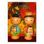 Aniversario feliz, dos muñecas japonesas tarjetón